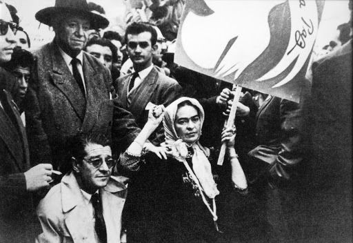 Frida Kahlo, Juan O'Gorman e Diego Rivera na última foto tirada de Frida antes da sua morte, em uma manifestação contra a intervenção dos EUA na Guatemala - autor não identificado, 2 de julho de 1954