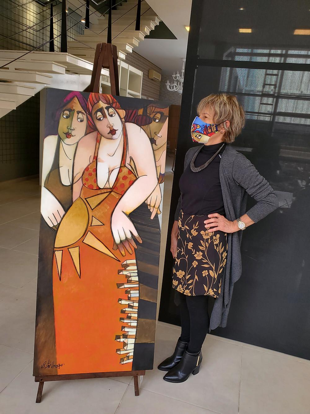 A merchand, Maria Elena Dal Ponte Toigo junto a obra de Victor Hugo Porto
