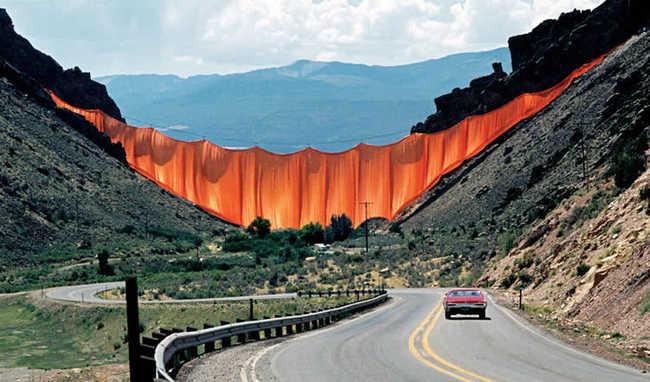 Exemplo de Land Art por Christo & Jeanne Claude.