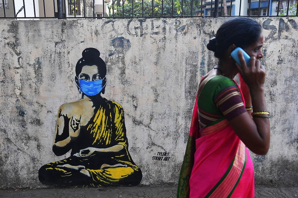 Grafite em Mumbai, na Índia. — Foto: Indranil Mukherjee/AFP