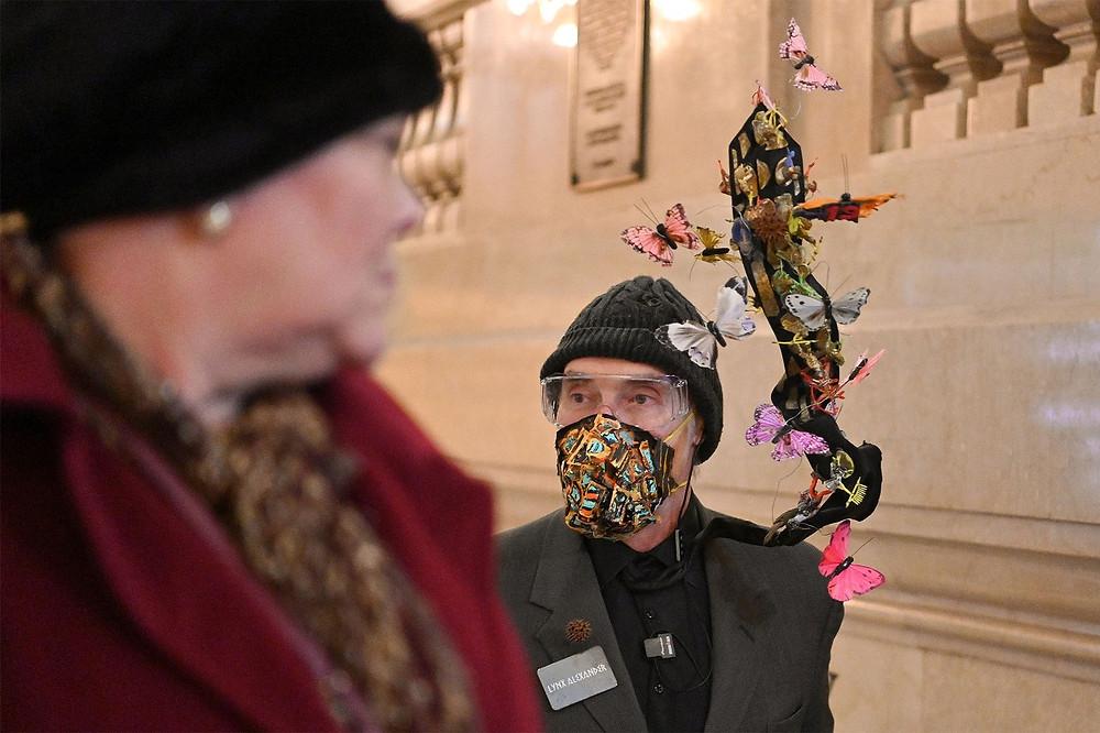 O artista Lynx Alexander é observado no terminal de trem Grand Central usando uma máscara bem artistíca — Foto: Dia Dipasupil/Getty Images via AFP