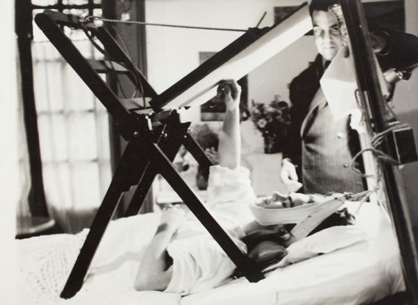 Frida pintando em sua cama
