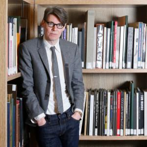 Andrew Bolton, curador britânico, é o atual curador chefe do Instituto de Figurinos do Metropolitan Museum of Art, em Nova York.