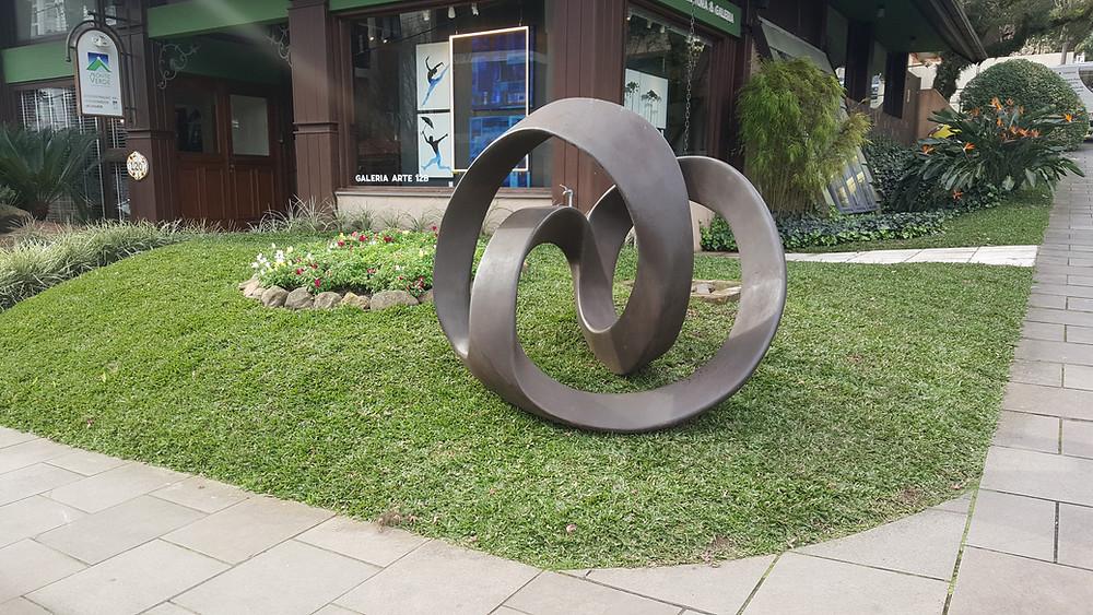 A escultura está localizada em frente a Arte12b, na Rua Dr.Ricardo Sturmhofel, 120.