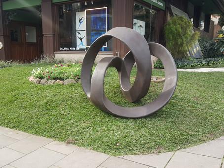 Primeira escultura pública da artista plástica Elisa Zattera em Gramado