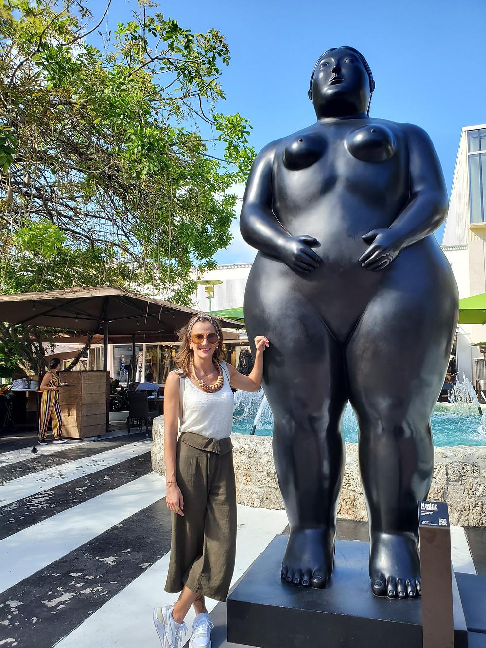 Marina Dal Ponte posa com uma das estátuas de Fernando Botero.