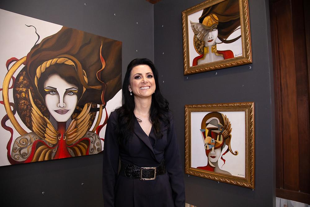 A artista plástica Alessandra Pauletti durante vernissage da exposição que contou com suas obras, em 2019