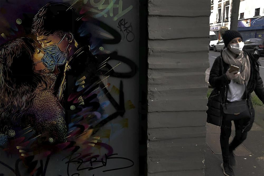Mural do artista C215 em um muro de Ivry-sur-Seine, perto de Paris, na França — Foto: Christophe Ena/AP