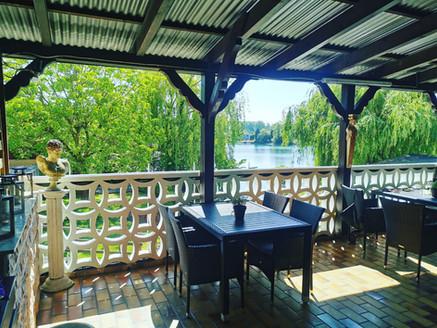 Balkon mit Blick auf den See und die Natur