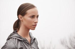 女孩在運動夾克