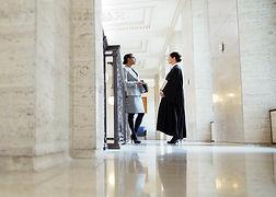עורכי דין מתייעצים במסדרון
