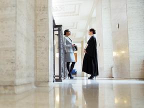 Utilizar atestado para ludibriar empregador valida justa causa, decide juíza