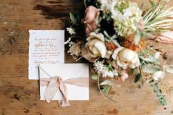Brautstrauß und Hochzeits-Einladung