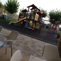 Parque infantil frente a la piscina