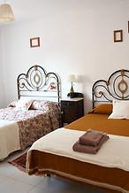 Dormitorio marrón . 2 camas