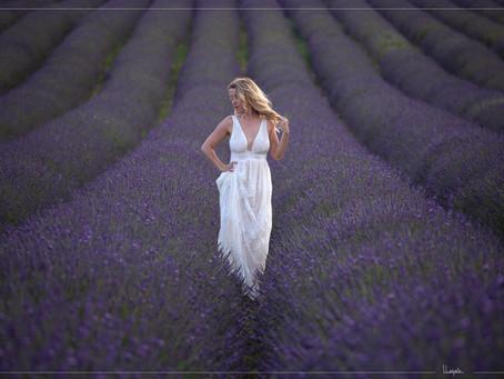 Portrait dans les champs de lavandes