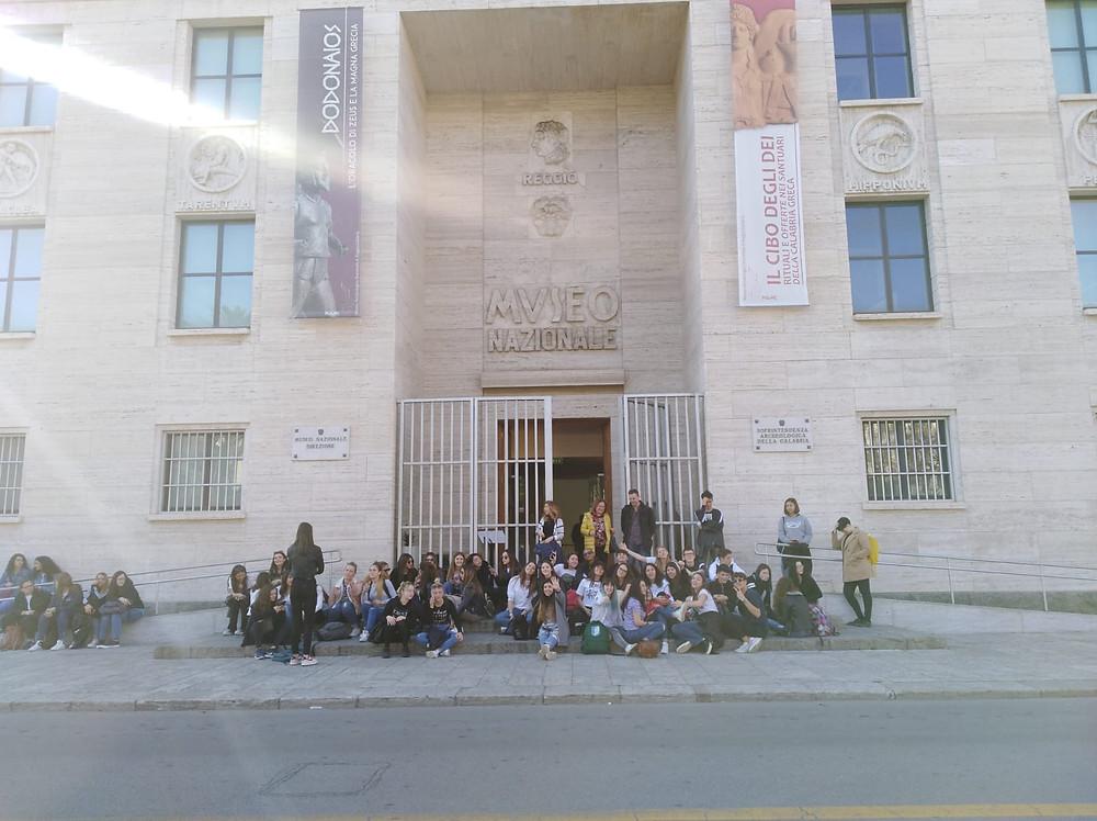 Le groupe franco-italien devant le musée de Reggio