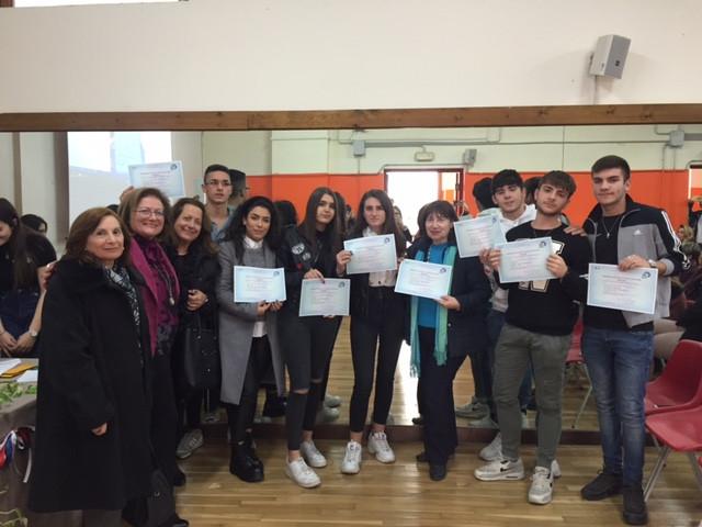 Les Professeurs et les élèves de l'ITE  Piria avec leurs diplômes