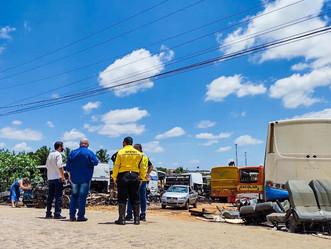 Ação da SMTT Arapiraca fiscaliza ônibus abandonados em terrenos baldios