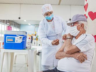 Idosos com 75 anos ou mais começam a ser vacinados a partir de segunda