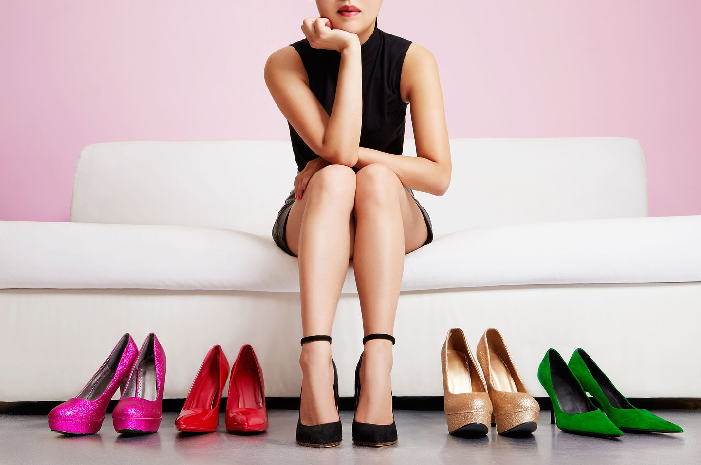 52756087_WOMEN_ON_COUCH_SHOES_SHOT_BOX.j