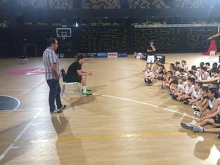 Borja Mendia visitó y jugó con los chicos del Campus Bilbao Basket - Seguros Bilbao
