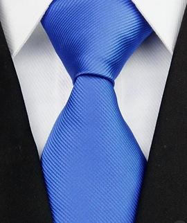 темно-синий костюм и галстук
