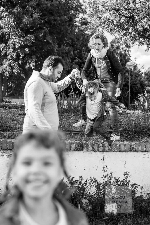 """salimos a jugar al parque durante una sesión """"un día en tu vida"""" de fotografía documental familiar"""