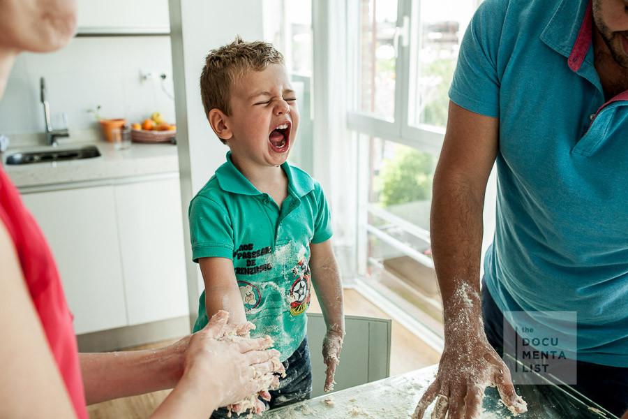 cocinar en casa con niños durante una sesión de fotografía familiar