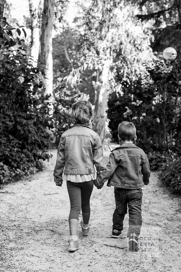 hermanos jugando en el parque