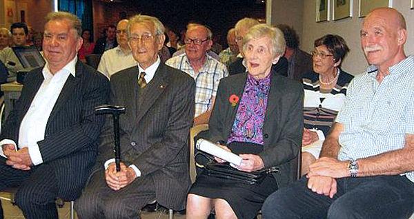 Willy Box, voorzitter heemkring, Louis Eerdekens, oorlogsveteraan, Rosette Gerits en zoon Alex