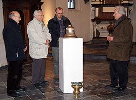 Nieuwe klok voor het oude kerkje van Laak ingewijd door pastoor Bollen
