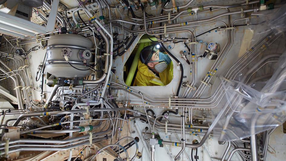 Techniker im Tank eines AirbusA319