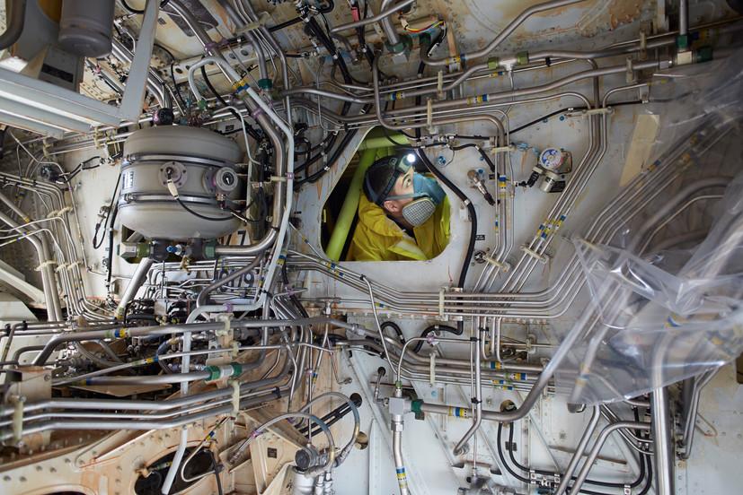 Ein Techniker im Tank eines AirbusA319 bei der Lufthansa Technik in Budapest.