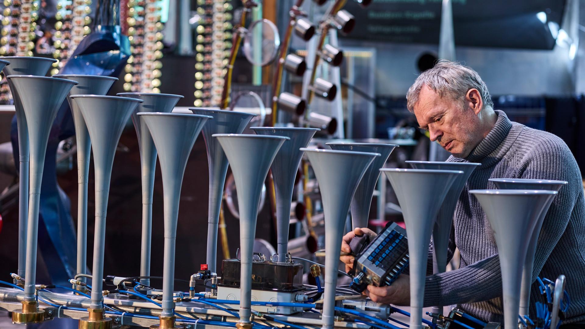 Klangkünstker Christof Schläger in seiner Werkstatt