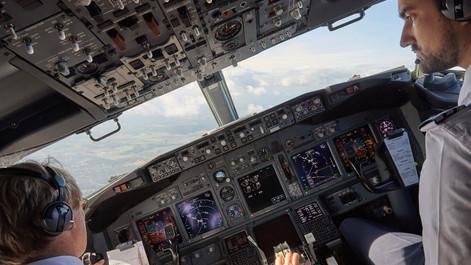 Landeanflug im Cockpit einer Boeing 737 auf den Flughafen Hannover Kunde