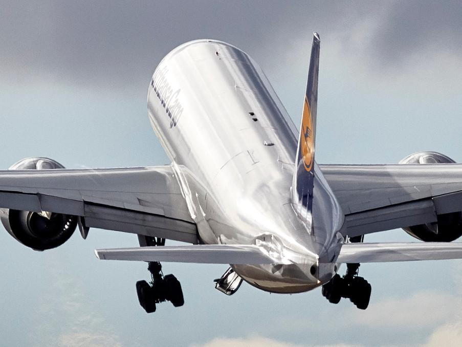 Eine Boeing 777 Cargo nach dem Start in Frankfurt.