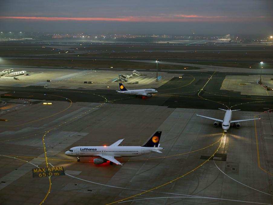 Flugzeuge kommen an, andere gehen wieder raus, das müssen die Fluglotsen genau im Blick haben.