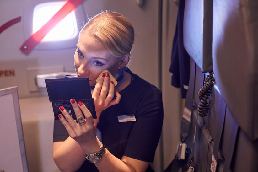 Flugbegleiter*innen sollen immer gepflegt auftreten.