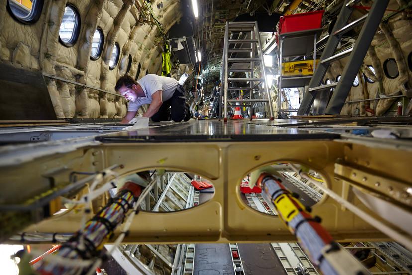 Umbau der Kabine eines Airbus, mit Blick in den Cargo Bereich.