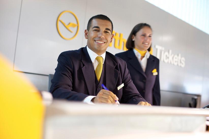 Ticketagent der Lufthansa am Frankfurter Flughafen.