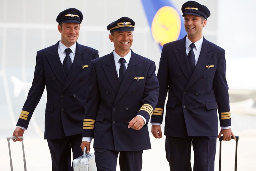 Die Cockpit Crew, der Kapitän und zwei Erste Offiziere, eines Langstrecken Flugzeugs der Lufthansa.