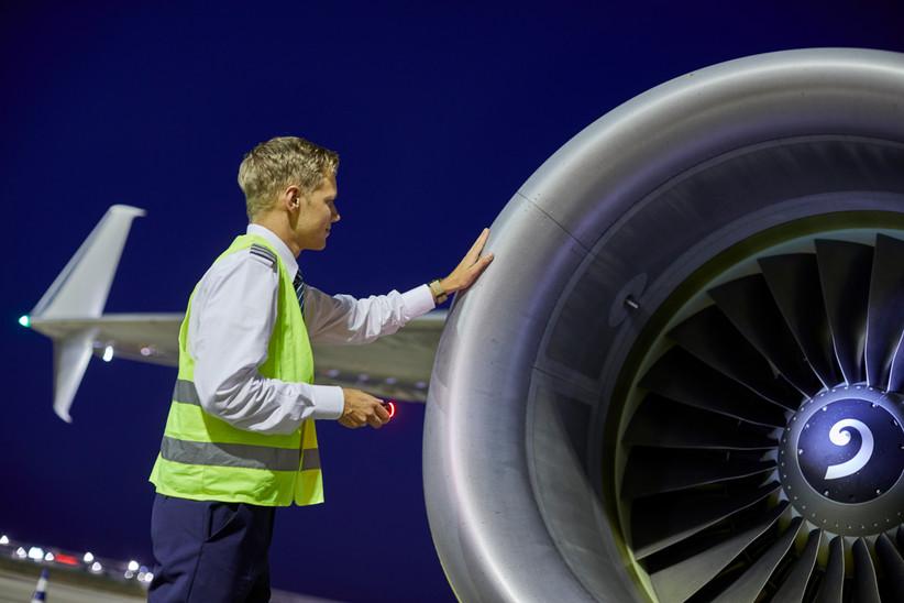Vor jedem Flug wird ein Outsidecheck vom einem der Piloten gemacht.
