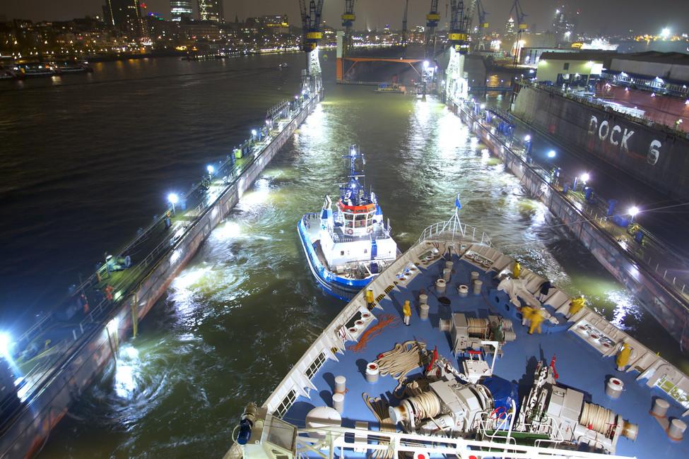 Die Thomson Dream wird ins Dock 11 gezogen.