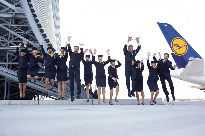 Flugbegleiter*innen der Lufthansa fliegen schon mal.
