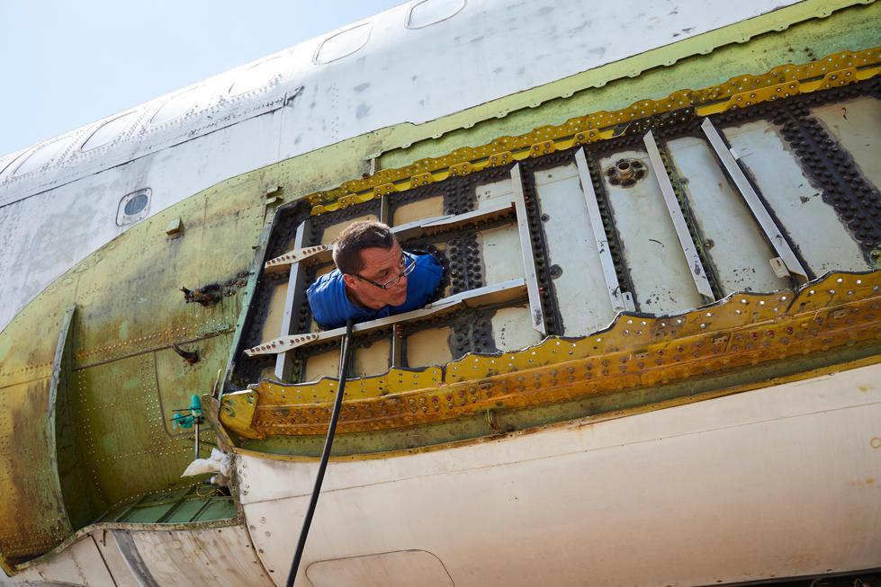Der Flügel ist abmontiert, der Techniker Friedel schaut aus dem Centertank. Im Tank selbst ist es eng, Platzangst darf man da nicht haben.