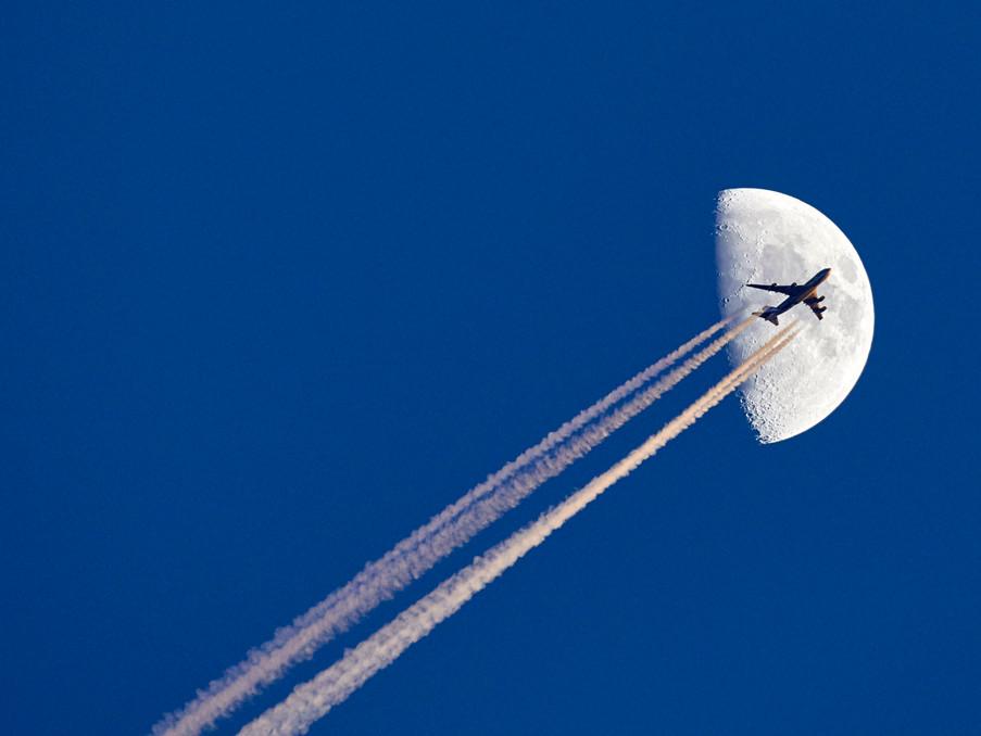 An einem kalten und ungewöhnlich klaren Tag, wollte ich mit meinem 500mm Objektiv den Mond fotografieren.     Ein glücklicher Zufall lies eine Boeing747 Frachter durch mein Foto fliegen.