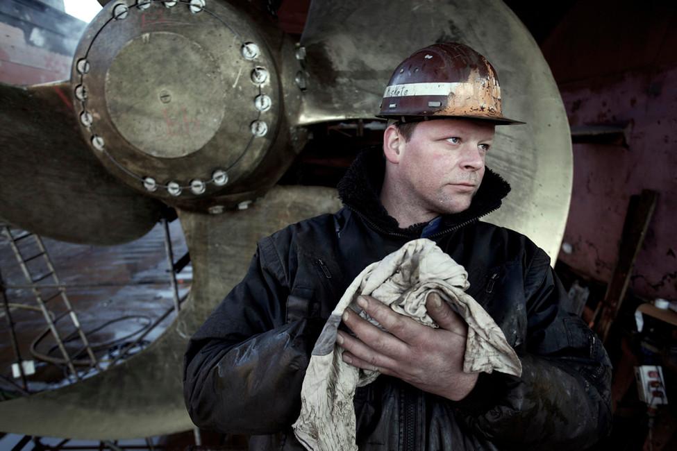Werftarbeiter Michael arbeitet am Hauptantrieb.