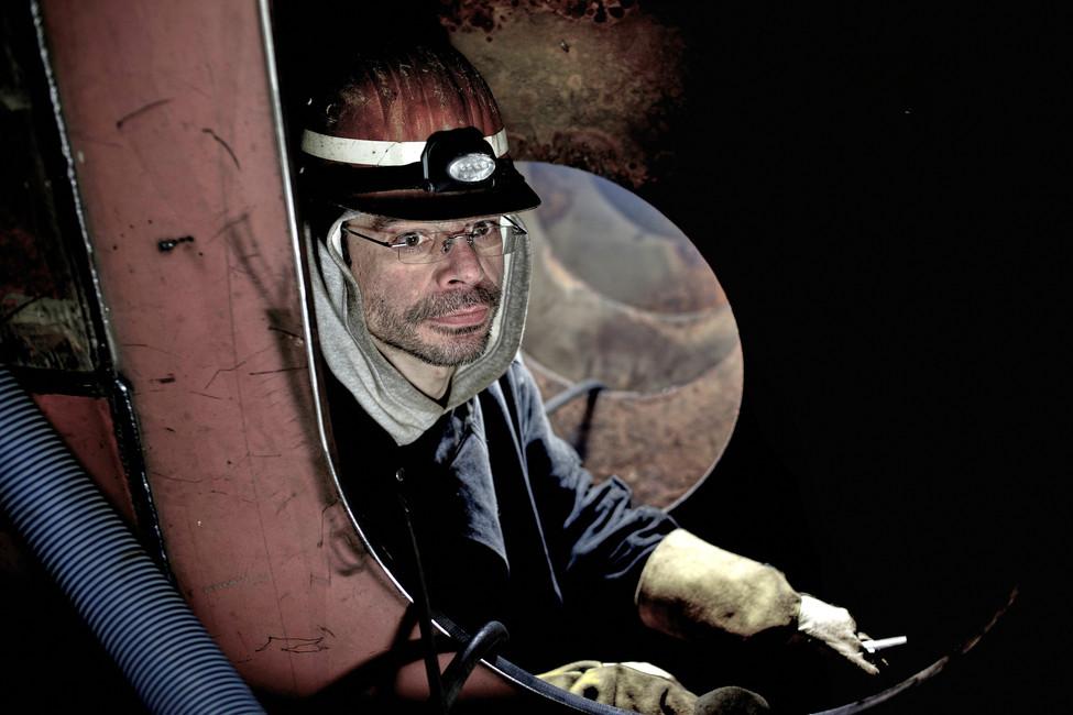 Sven schweißt im Schiffskörper, daist es sehr eng und verwinkelt.