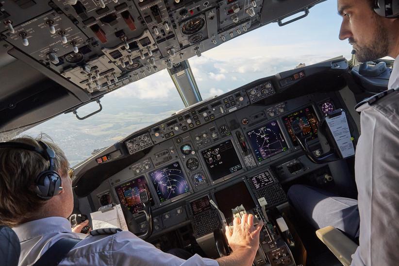 Blick ins Cockpit während des Anfluges auf den Flughafen Hannover.